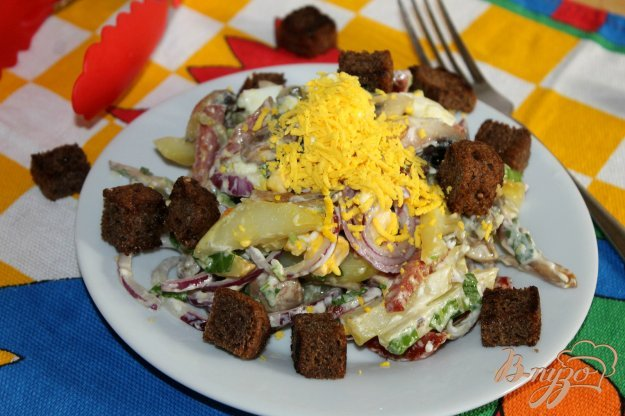 фото рецепта: Салат с жареными грибами, картофелем, колбасой и сухариками