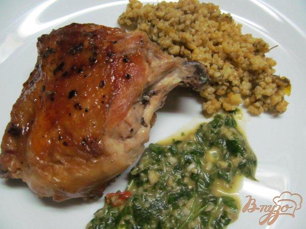 фото рецепта: Куриные бедра под зеленым соусом и медом