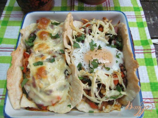 фото рецепта: Овощи с фасолью на лепешках с яйцом и сыром