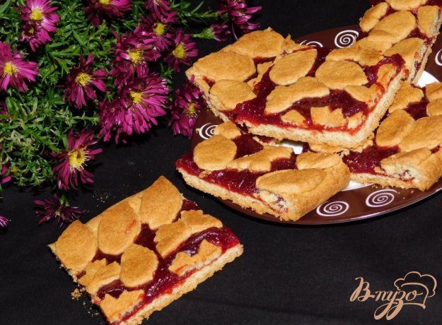 фото рецепта: Малиновый пирог на кукурузной муке