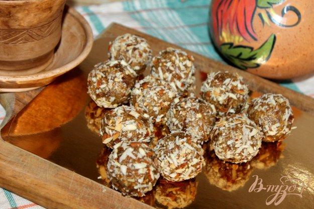 фото рецепта: Конфеты из овсяных хлопьев с изюмом в ореховой панировке