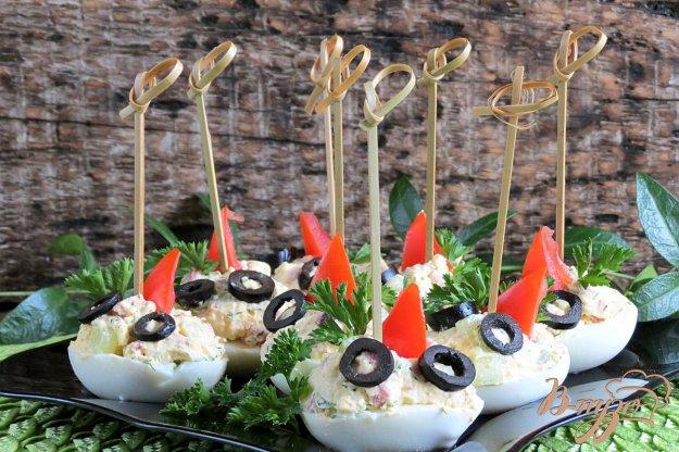 фото рецепта: Яйца фаршированные салями и огурцом