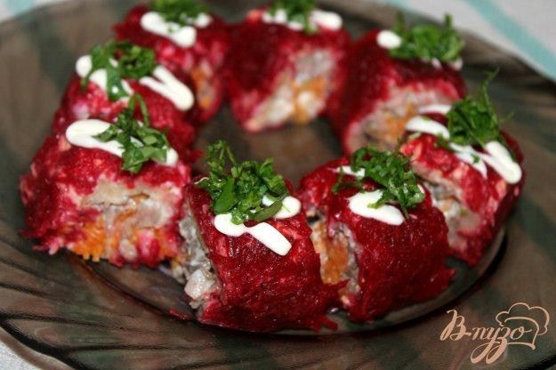фото рецепта: Салат - рулет из свеклы, яиц и моркови с мясом и печенью