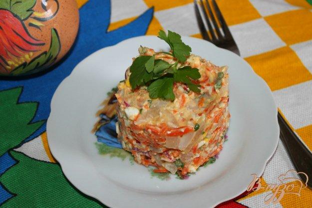 фото рецепта: Салат с отварными кальмарами, морковью, сыром и яйцом