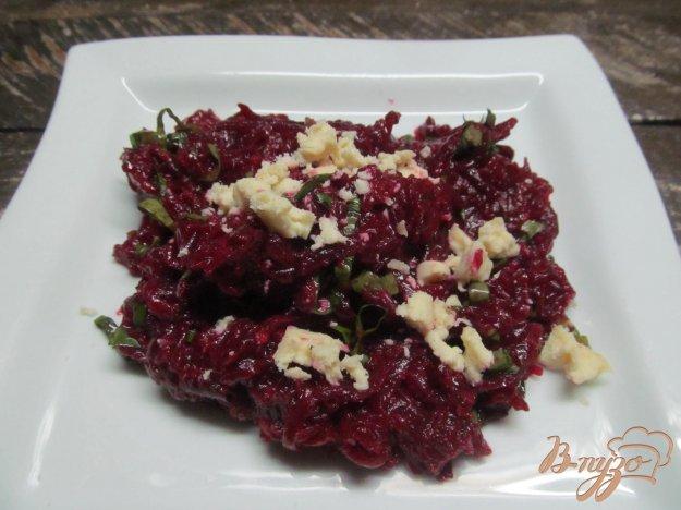 фото рецепта: Салат из свеклы со щавелем и сыром фета