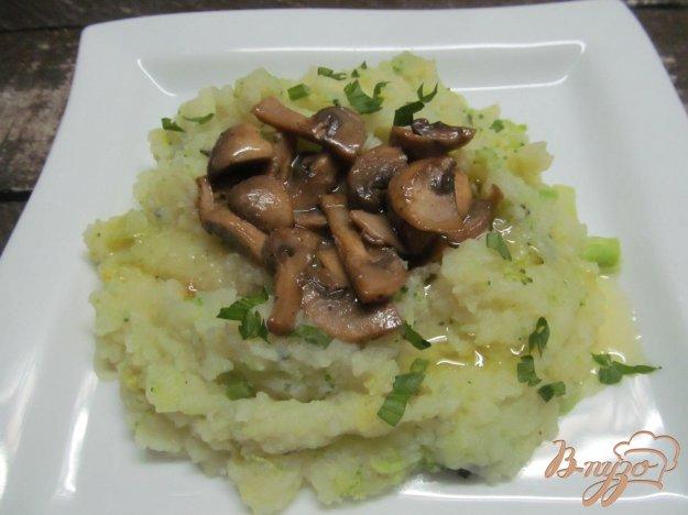 фото рецепта: Картофельное пюре с брокколи и грибным соусом