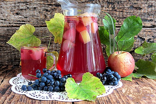 фото рецепта: Компот из яблок,винограда и клюквы