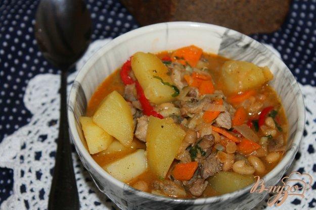 фото рецепта: Тушеный картофель со свининой и фасолью в томате