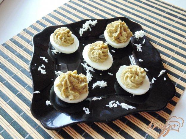 фото рецепта: Яйца фаршированные крабовыми палочками и зеленым горошком