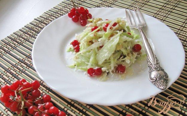 фото рецепта: Салат из редьки с мёдом, калиной и кокосовой стружкой