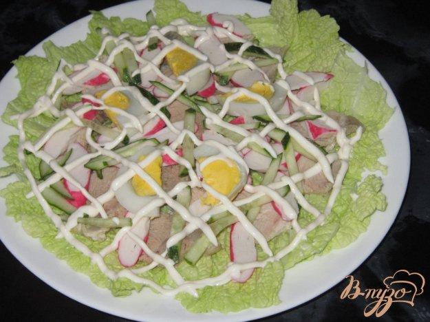 фото рецепта: Салат с крабовыми палочками и свининой