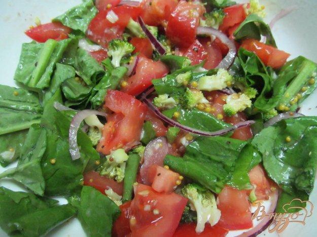 фото рецепта: Салат из помидора с брокколи и щавелем