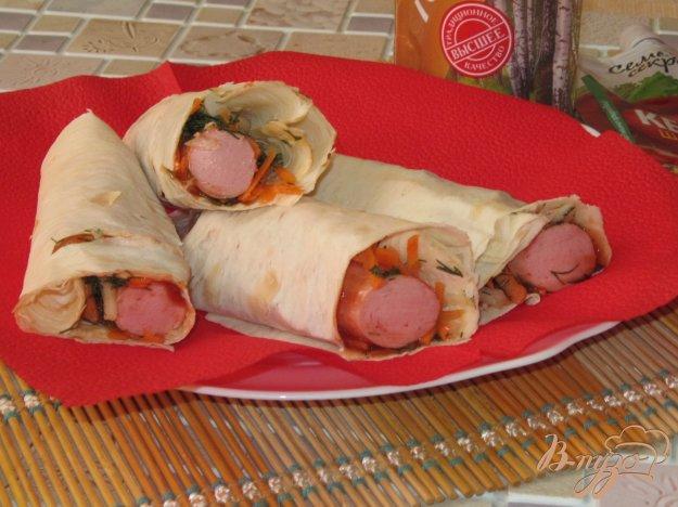 фото рецепта: Сосиски в лаваше с маринованным луком и морковью