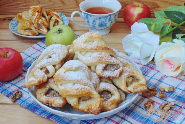 фото рецепта: Печенье с яблоками и орехами из слоеного теста
