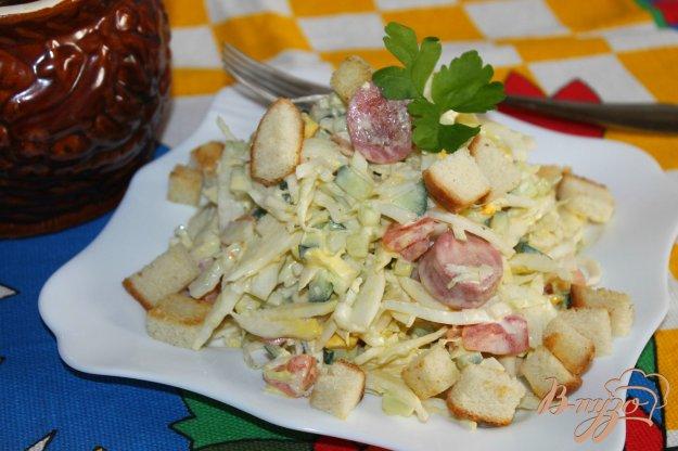 фото рецепта: Салат с жареными сосисками, яйцом и пекинской капустой