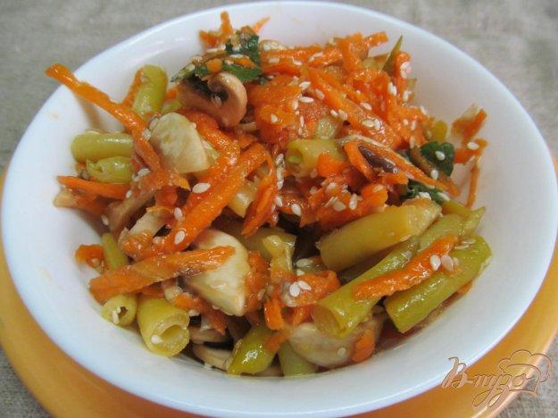 фото рецепта: Морковный салат с грибами и фасолью