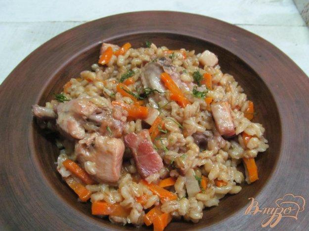 фото рецепта: Перловка с куриными крыльями и беконом