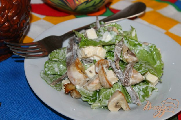 фото рецепта: Салат с языком, жареными грибами и сыром