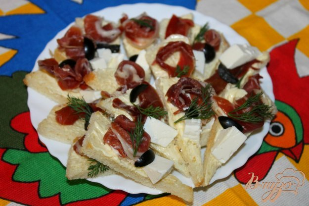 фото рецепта: Канапе с хамоном, маслинами и фетой