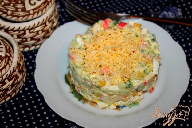 фото рецепта: Салат из крабовых палочек, огурца, кукурузы и плавленого сыра