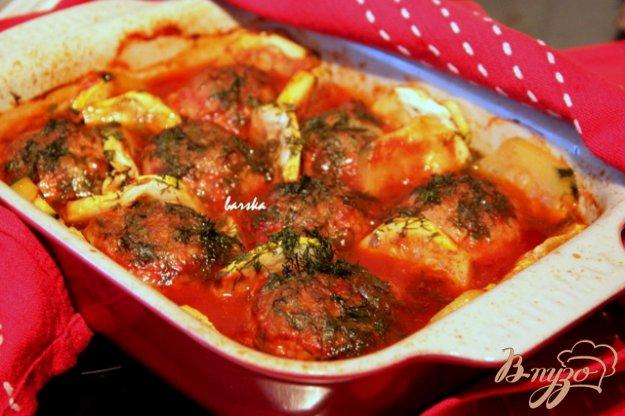 фото рецепта: Котлеты, запеченные с кабачками в томатном соусе