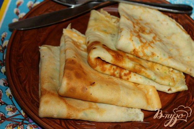 фото рецепта: Соленые блины с сыром, грибами и шпинатом