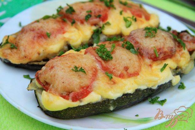 фото рецепта: Лодочки из кабачков с фаршем и грибами в духовке