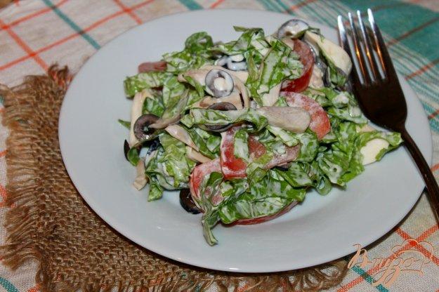 фото рецепта: Салат из отварного куриного мяса, маслин и свежих шампиньонов
