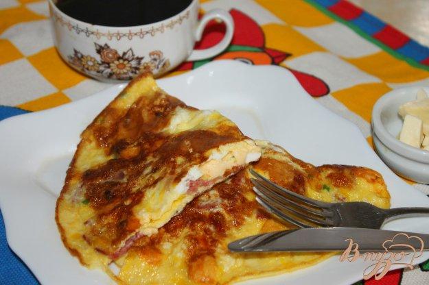фото рецепта: Омлет с твердым сыром, зеленью и копченой колбасой