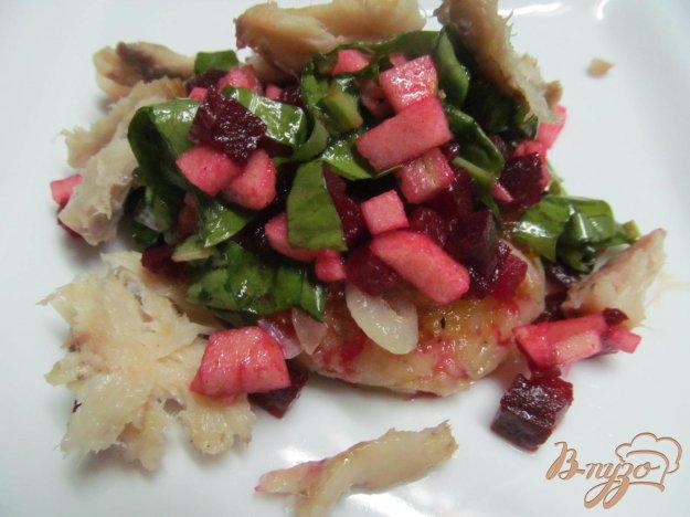 фото рецепта: Салат из свеклы и рыбы на картофельной лепешке