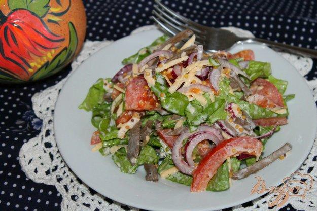 фото рецепта: Салат с языком, маринованным луком и помидорами