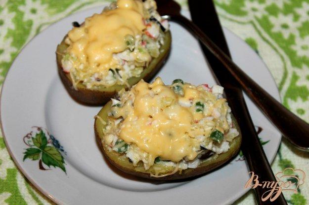 фото рецепта: Картофель с начинкой из крабовых палочек и сыра