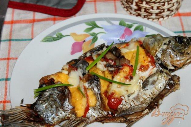 фото рецепта: Карась запеченный с сыром и помидорами