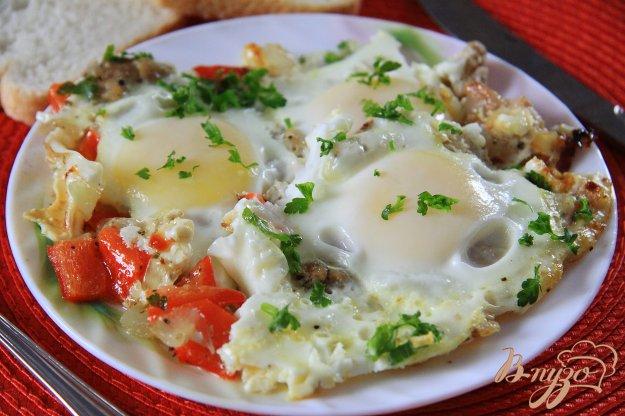 фото рецепта: Куриное филе с болгарским перцем и яйцами на сковороде
