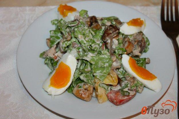 фото рецепта: Салат с отварным куриным мясом, баклажанами, грибами и яйцом