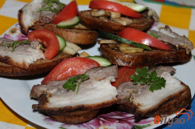 фото рецепта: Бутерброды с запеченным подчеревком, грибами и помидорами