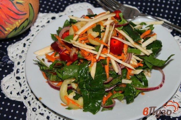 фото рецепта: Витаминный салат из сельдерея со шпинатом и перцем