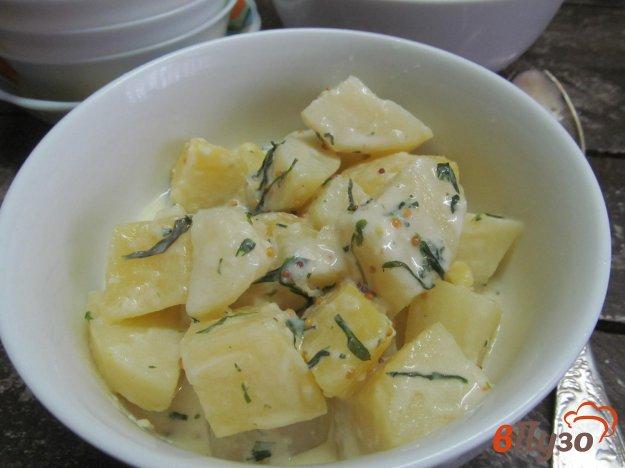 фото рецепта: Теплый картофельный салат под соусом из сметаны и эстрагона