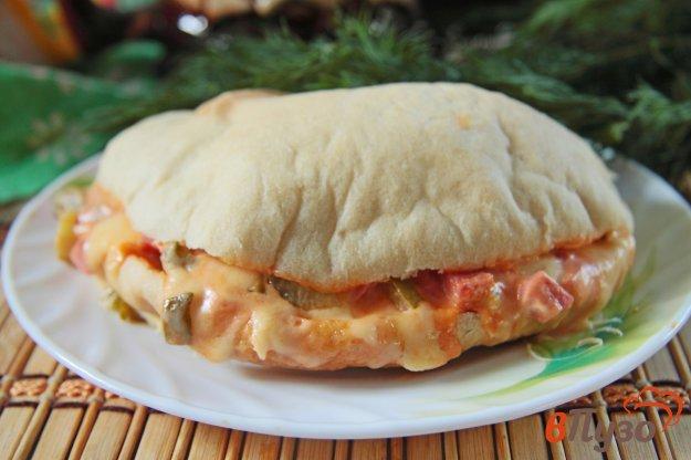 фото рецепта: Горячая пита с начинкой из колбасы, сыра и маринованных огурцов
