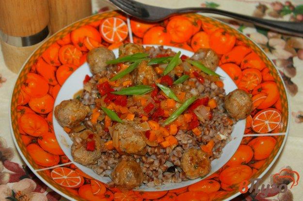 фото рецепта: Гречневая каша с фрикадельками и овощами