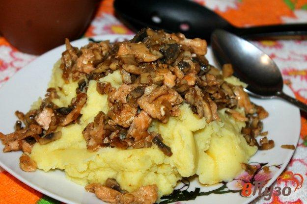 фото рецепта: Картофельное пюре с подливой из грибов и рыбы