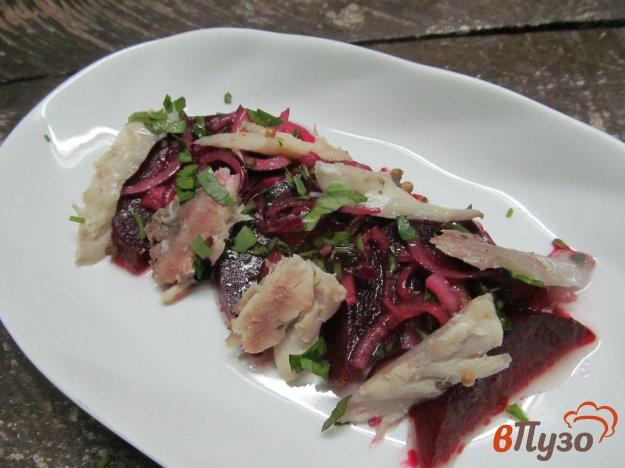 фото рецепта: Салат из свеклы с копченой рыбой