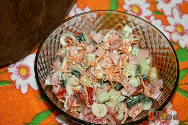 фото рецепта: Салат с вареной колбасой, помидорами и корейской морковью
