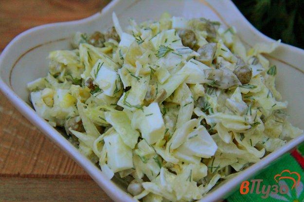 фото рецепта: Салат из капусты с соленым огурцом, яйцами и горошком