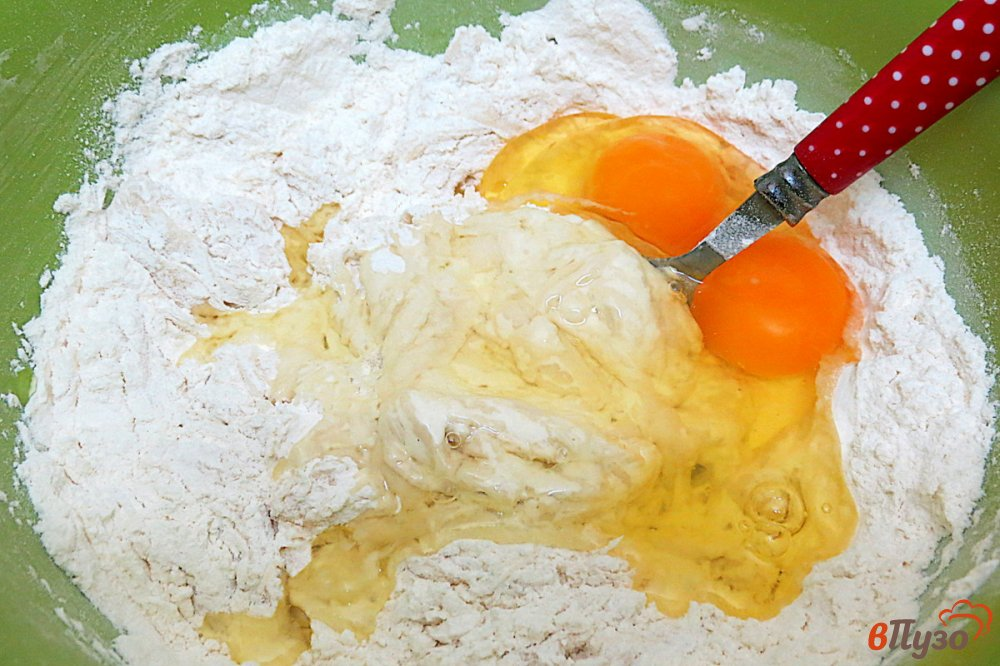 Фото приготовление рецепта: Дрожжевой пирог с мясом и картофелем шаг №6