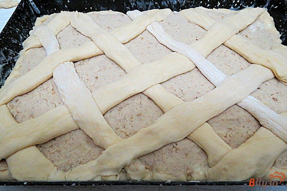 Фото приготовление рецепта: Дрожжевой пирог с мясом и картофелем шаг №14