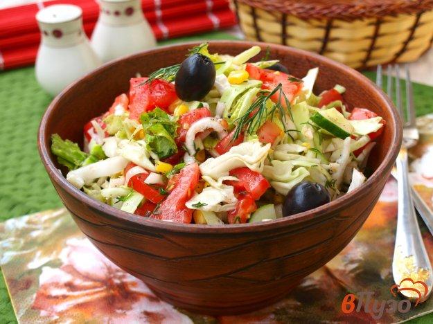 фото рецепта: Овощной салат с консервированной кукурузой и маслинами