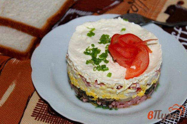 фото рецепта: Слоеный салат с грибами, яйцом и колбасой