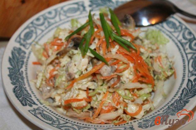 фото рецепта: Салат из пекинской капусты с отварным куриным мясом и грибами