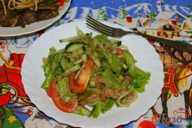 фото рецепта: Салат с соленой красной рыбой, маринованным луком и помидорами